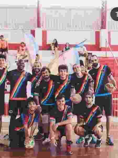 Filipe Leme com o time de vôlei (em pé, é o terceiro da direita para esquerda) - Instagram