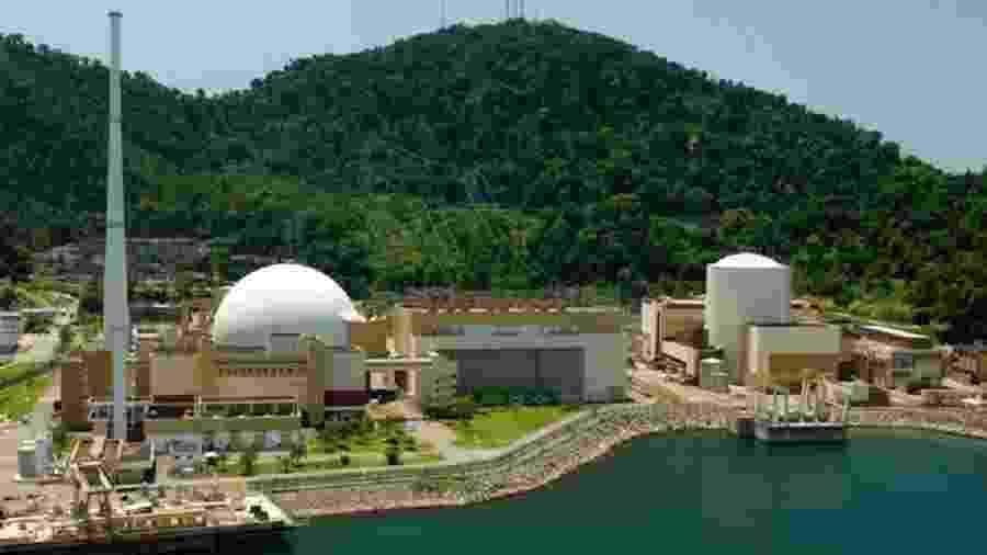 Usinas Angra 2 (à esquerda) e Angra 1 (à direita); os reatores, onde a energia nuclear é gerada, ficam dentro das estruturas brancas - Divulgação/Eletronuclear