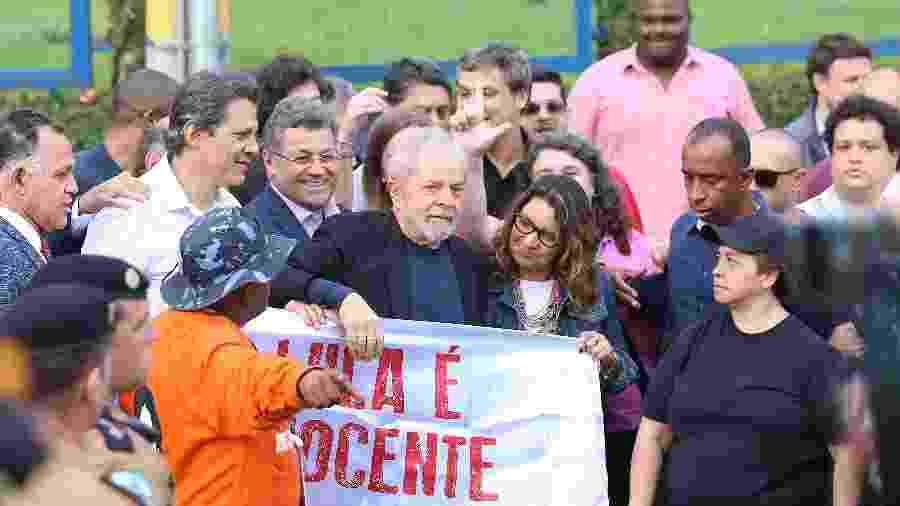 8.nov.2019 - Lula deixa a carceragem da PF em Curitiba ao lado da namorada Rosângela da Silva -  GIULIANO GOMES/ESTADÃO CONTEÚDO