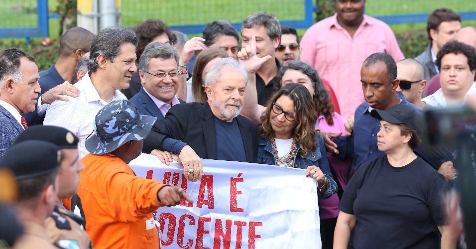 O ex-presidente Lula deixa a carceragem da PF em Curitiba ao lado da namorada Rosangela da Silva e do ex-prefeito Fernando Haddad