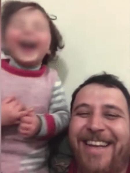 Pai inventa jogo para não deixar a filha assustada pelas bombas lançadas na Síria - Reprodução