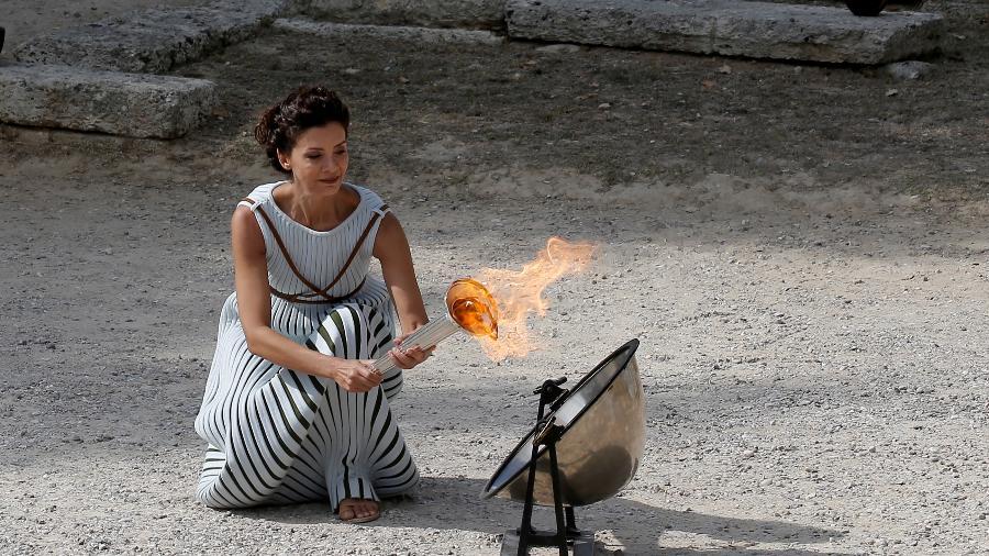 Cerimônia de acendimento da tocha olímpica em Olímpia, na Grécia - COSTAS BALTAS