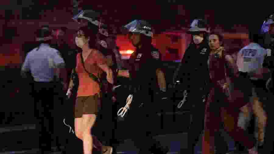 5.jun.2020 - Policiais detém manifestantes em ato na cidade de Nova York, no mesmo dia do funeral de George Floyd em Minneapolis - Jeenah Moon/Reuters