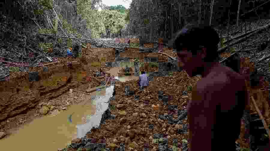Índio ianomâmi em mina de ouro na Amazônia; indígenas estão entre principais vítimas entre os que lutam contra desmatamento - REUTERS/Bruno Kelly