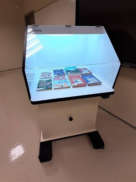Mesa que emite raios UV foi instalada no Colégio Dante Alighieri para a higienização de livros - Divulgação/Colégio Dante Alighieri - Divulgação/Colégio Dante Alighieri
