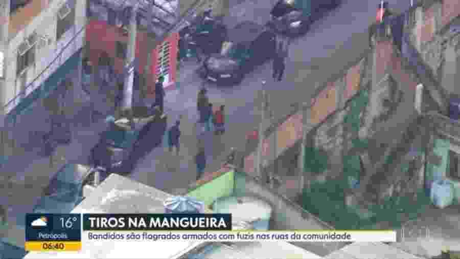 Imagens da TV Globo mostram homens armados correndo pelas ruas do Morro da Mangueira, na zona norte do Rio, durante operação policial - Reprodução/TV Globo