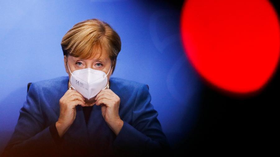 A chanceler da Alemanha, Angela Merkel, durante anúncio de novas restrições para conter o coronavírus - Fabrizio Bensch/POOL/AFP