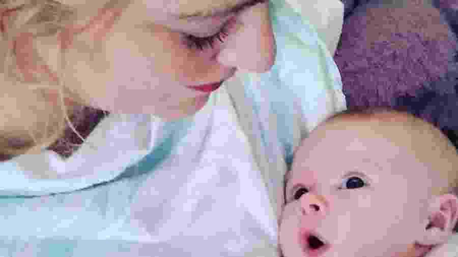 Natosha Kramer, de 32 anos, deu à luz em casa após receber alta de hospital e transmitiu o parto ao vivo  - Reprodução
