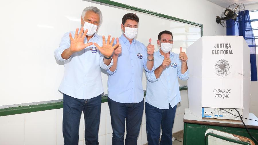 O governador de Goiás, Ronaldo Caiado (à esq.); o candidato à prefeitura de Goiânia (GO), Vanderlan Cardoso (à dir.), e o candidato a vice-prefeito Wilder Morais (ao centro), votam na manhã deste domingo (29), no segundo turno das eleições 2020.   - BECKER/FUTURA PRESS/ESTADÃO CONTEÚDO