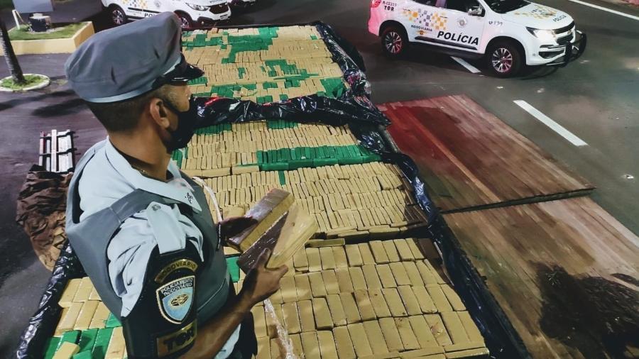 Droga estava escondida no fundo falso de um caminhão - Polícia Militar de SP/Divulgação
