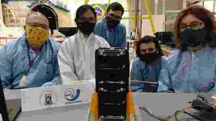 Equipe de montagem e integração preparou o NanoSatC-Br2 para o lançamento - UFSM/Divulgação - UFSM/Divulgação