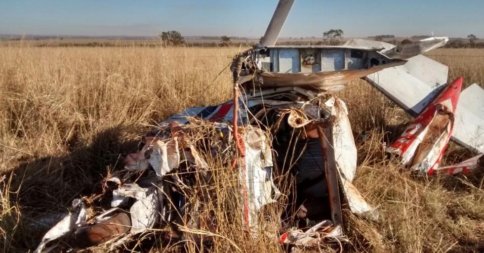 20.jul.2015 - Destroços de avião que caiu em Rio Verde, Goiás, e matou uma pessoa. O piloto sobreviveu à queda e chamou socorro por telefone celular após ficar horas desmaiado
