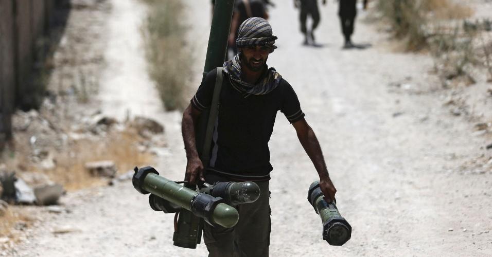 27.jul.2015 - Soldado do Exército Livre da Síria carrega armas enquanto caminha para a sua posição na linha de frente de batalha contra as forças leais ao presidente sírio, Bashar al-Assad, em Jobar, subúrbio de Damasco, na Síria