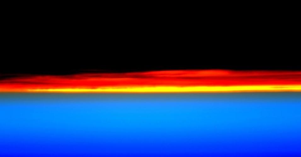 11.ago.2015 - O astronauta da Nasa Scott Kelly, a bordo da ISS (Agência Espacial Internacional, sigla em inglês) postou na sua conta no Twitter esta imagem do amanhecer na Terra visto do espaço. Na postagem ele diz: