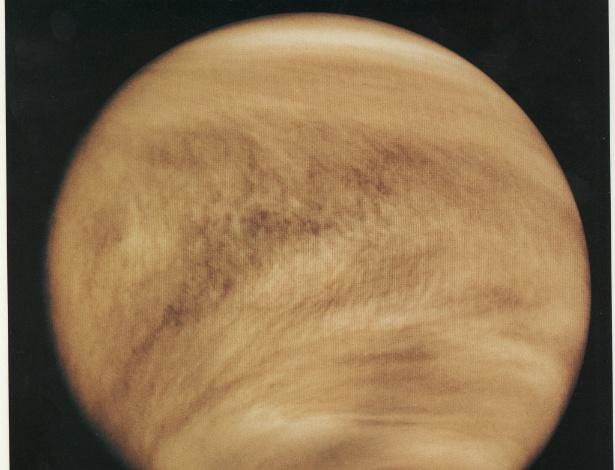 26.ago.2015 - VÊNUS - Mais de 40 naves espaciais já passaram por Vênus desde então. A missão Magellan mapeou 98% da superfície do planeta no começo dos anos 1990, apesar da grossa atmosfera venusiana, rica em dióxido de carbono e nitrogênio. Por falar em atmosfera, esta imagem, feita em 1979 pela Pioneer Venus Orbiter, mostra as nuvens amareladas formadas por gotículas de ácido sulfúrico presentes em Vênus