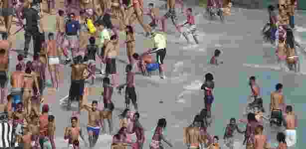 Em meio a correria, policial detém jovem que roubou casal na praia do Arpoador - Domingos Peixoto/Agência O Globo