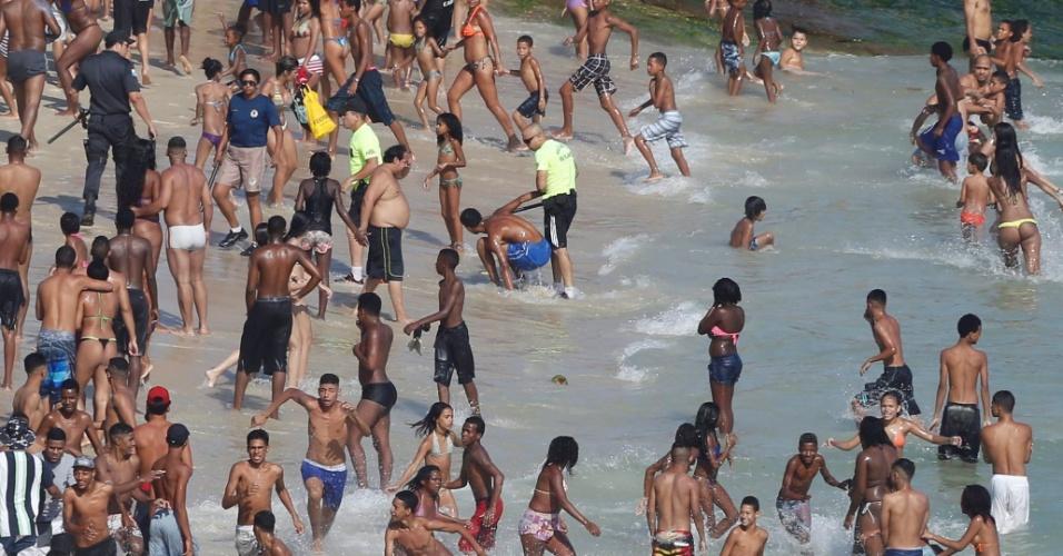 20.set.2015 - Em meio a correria, policiais capturam jovem que roubou casal na praia do Arpoador, em Ipanema, na zona sul do Rio de Janeiro