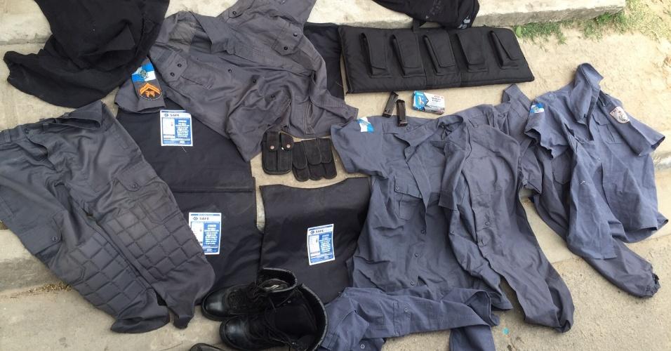 21.out.2015 - Coletes balísticos e fardas da Polícia Militar, munições e carregadores de fuzil 762 foram apreendidos em operação realizada pela Draco/IE (Delegacia de Repressão às Ações Criminosas Organizadas e de Inquéritos Especiais) e pela Delegacia de Homicídio da Capital na Favela do Aço, em Paciência, na zona oeste do Rio de Janeiro. Os policiais também encontraram um revólver e seis carros roubados. Segundo a polícia, os objetos pertenciam a milicianos que atuam em uma favela vizinha e sequestraram um vigilante, resgatado durante a ação