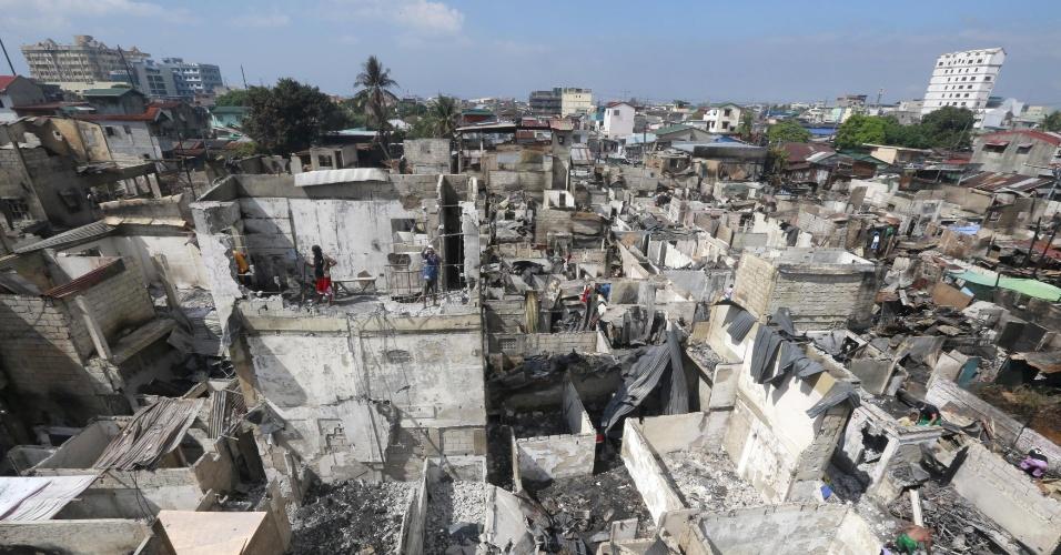 2.jan.2016 - Casas ficaram destruídas após um incêndio atingir um bairro de Manila, capital das Filipinas, na noite do Ano-Novo. A imprensa local informou que mil casas foram atingidas e que ao menos 3.000 famílias estão desabrigadas