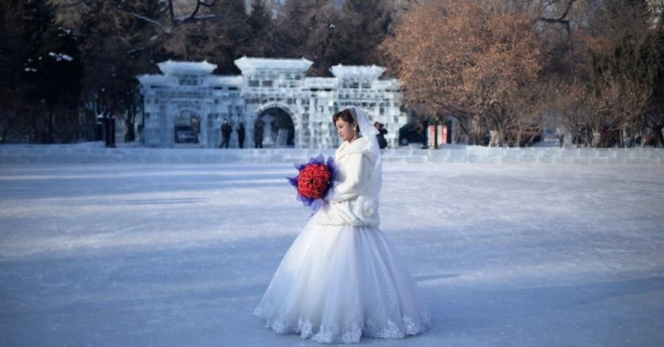 6.jan.2016 - Uma noiva celebra o casamento durante o Festival Internacional de Gelo e Neve de Harbin, na China. O evento exibe castelos, edifícios e enormes esculturas de gelo