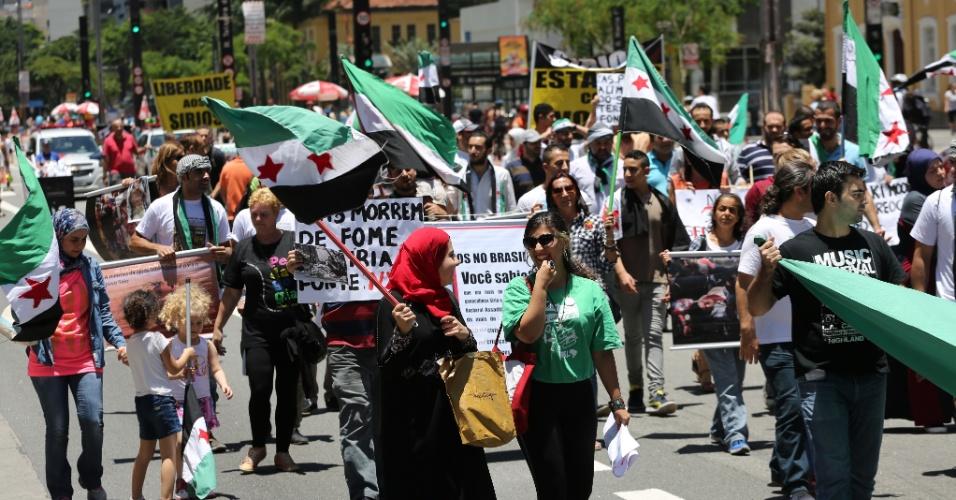 17.jan.2016 - Comunidade síria em São Paulo realiza ato pelo fim dos conflitos que assolam o país desde março de 2011, na avenida Paulista, em São Paulo