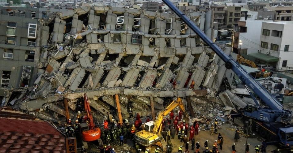 7.fev.2016 - Bombeiros procuram sobreviventes em prédio destruído em decorrência do terremoto que atingiu a região de Tainan, no sul de Taiwan, na madrugada deste sábado. O tremor de magnitude 6,4 causou a morte de pelo menos 18 pessoas, sendo que mais de 150 continuam soterradas sob um prédio de 17 andares que desabou