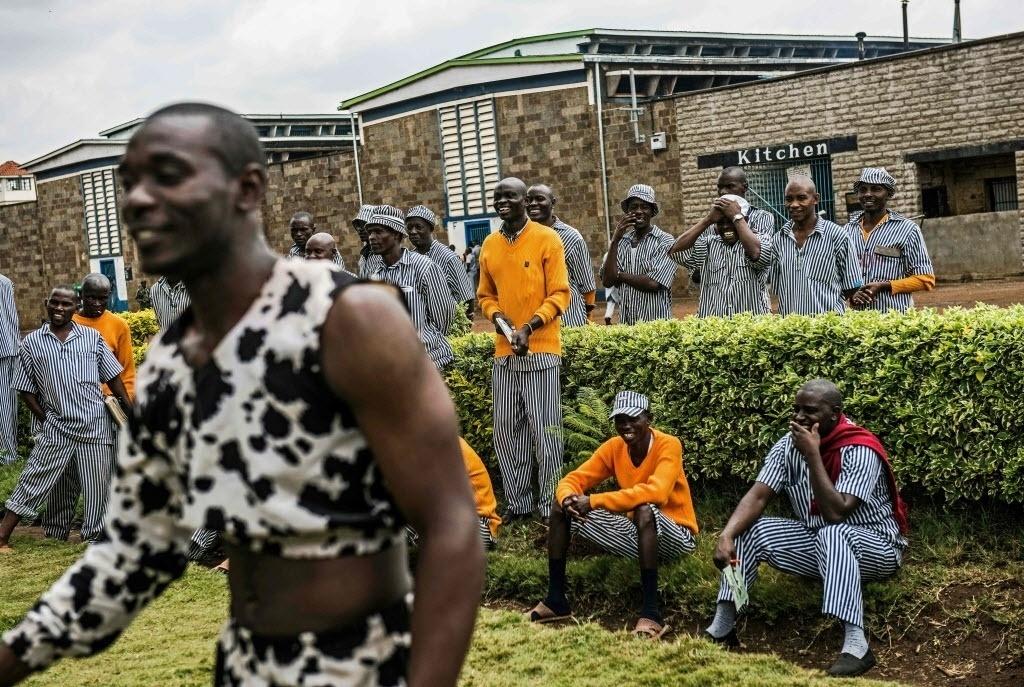 11.fev.2016 - Presos se divertem ao assistir uma oficina acrobática com artistas de circo na prisão de segurança máxima Kamiti, em Nairobi, no Quênia. O grupo cirsence visita a cadeia para fornecer uma forma de engajamento e interação durante o confinamento