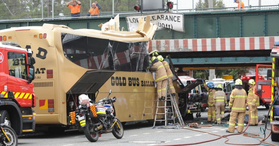 22.fev.2016 - Equipe de emergência socorre feridos depois de ônibus colidir com viaduto de Melbourne, na Austrália. Todas as 15 pessoas a bordo precisaram de atendimento médico, e 11 foram levadas para hospitais da cidade - ninguém, no entanto, corre risco de morte. De acordo com mídia local, testemunhas afirmaram que o motorista não diminuiu a velocidade ao se aproximar do viaduto. As causas do acidente serão investigadas