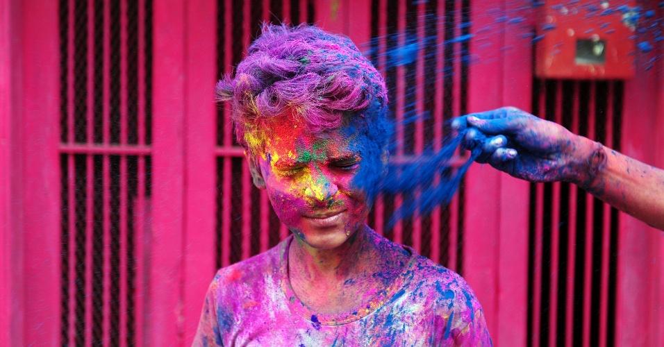 """24.mar.2016 - Indiano recebe pó colorido no rosto durante celebração do festival Holi em Chennai, no sul da Índia. O festival hindu do Holi, também conhecido como """"festival das cores"""", anuncia a chegada da primavera e do fim do inverno no hemisfério norte"""