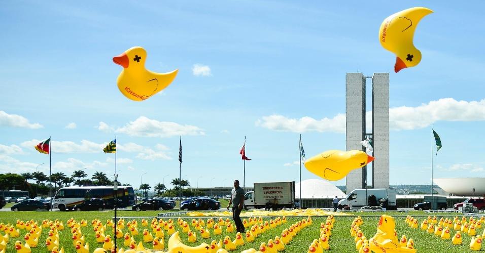 """29.mar.2016 - A Fiesp (Federação das Indústrias do Estado de São Paulo) colocou 5.000 patos infláveis em frente ao Congresso Nacional, em Brasília, em protesto contra o governo. O animal faz referência à campanha """"Não vou pagar o pato"""", que contesta a carga tributária. O ato também pede o impeachment de Dilma Rousseff"""