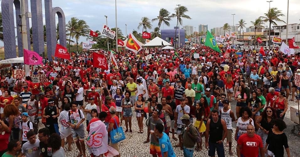 17.abr.2016 - Manifestantes protestam contra o impeachment da presidente Dilma Rousseff, em Aracaju (SE)