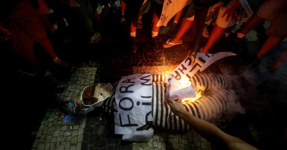17.abr.2016 - Manifestantes pró-impeachment queimam boneco com a figura da presidente Dilma na praia de Copacabana, no Rio, ao final da sessão de votação sobre a admissão do processo de impeachment da presidente