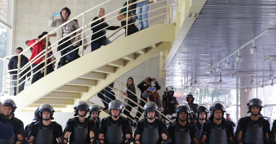 02.mai.2016 - A PM liberou a entrada de funcionários da sede do Centro Paula Souza, localizada no Centro de São Paulo. Estudantes invadiram o local na quinta-feira, em protesto contra a situação da merenda e o corte de gastos em educação