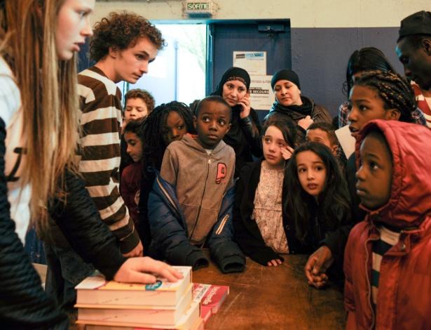 Crianças que participaram de exercício voluntário de ditado esperam para receber uma gramática e livros de vocabulário gratuitos em Nantes, na França