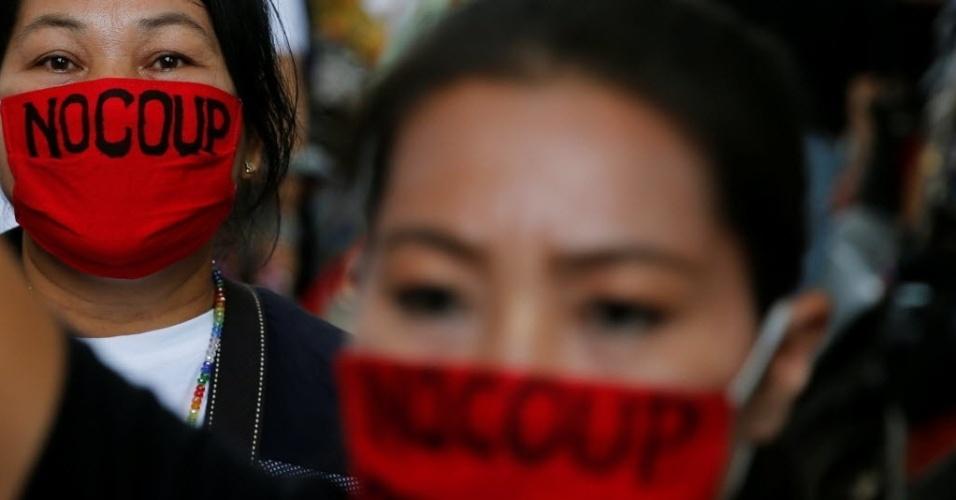 """22.mai.2016 - Tailandeses vão às ruas de Bangcoc neste domingo para marcar os dois anos da retirada do primeiro ministro Yingluck Shinawatra do governo pelos militares. Os manifestantes chamam o governo da junta militar de golpista e fazem campanha pelo """"não"""" em referendo popular sobre a nova constituição elaborada por ele"""