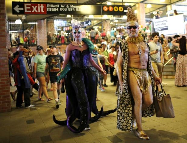 18.jun.2016 - Nova-iorquinos saem do metrô rumo à Parada da Sereia - Eduardo Munoz/Reuters