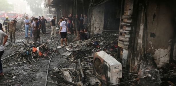 Iraquianos inspecionam local onde dezenas de pessoas morreram após atentado