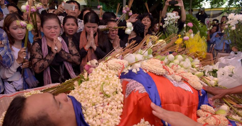 11.jul.2016 - Centenas de pessoas compareceram ao funeral do analista político Kem Ley num templo de Phnom Penh, capital do Camboja. Conhecido por suas críticas a políticos locais, Ley foi morto a tiros em plena luz do dia neste domingo (10). As autoridades do país informaram estar investigando a autoria do crime