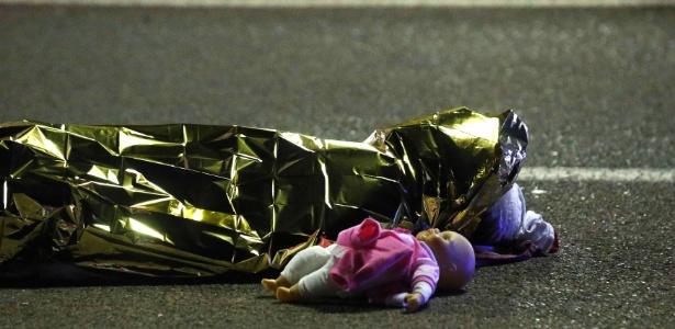 14.jul.2016 - Uma boneca ficou ao lado de um corpo após um caminhão atropelar uma multidão durante celebração da Queda da Bastilha, maior feriado nacional francês, no centro de Nice, na Riviera Francesa