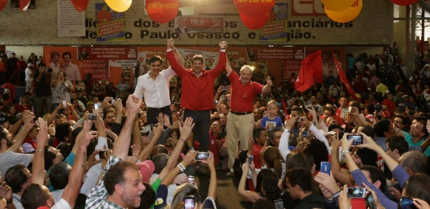 24.jul.2016 - O prefeito de São Paulo, Fernando Haddad (PT), comemorava, ao lado de Lula, a convenção do partido que oficializou sua candidatura à reeleição da prefeitura de São Paulo em 2016