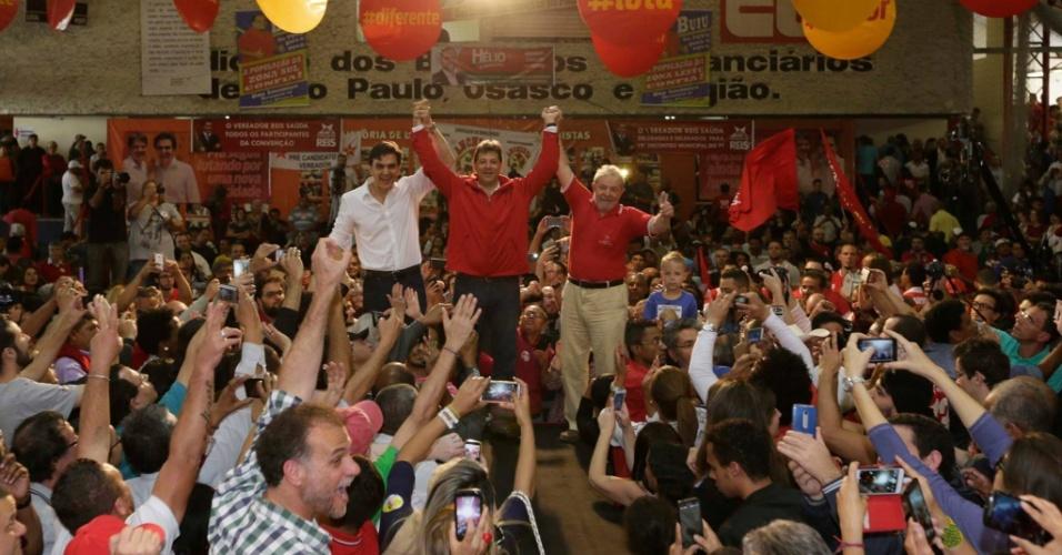 24.jul.2016 - O prefeito de São Paulo, Fernando Haddad (PT), comemora, ao lado do candidato à vice pelo PDT, Gabriel Chalita (à esquerda), e do ex-presidente Lula (à direita), a convenção do partido que oficializou sua candidatura à reeleição