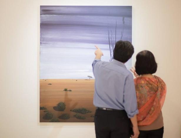 Público observa obra na Galeria Habana, em Havana (Cuba)