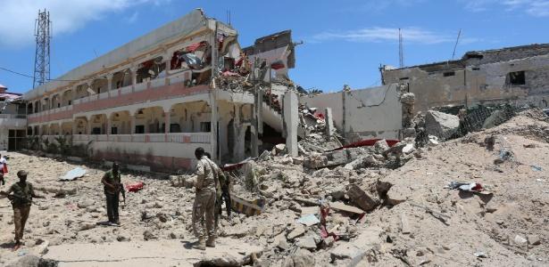 Soldados das forças de segurança inspecionam local onde um carro-bomba explodiu - Feisal Omar/ Reuters