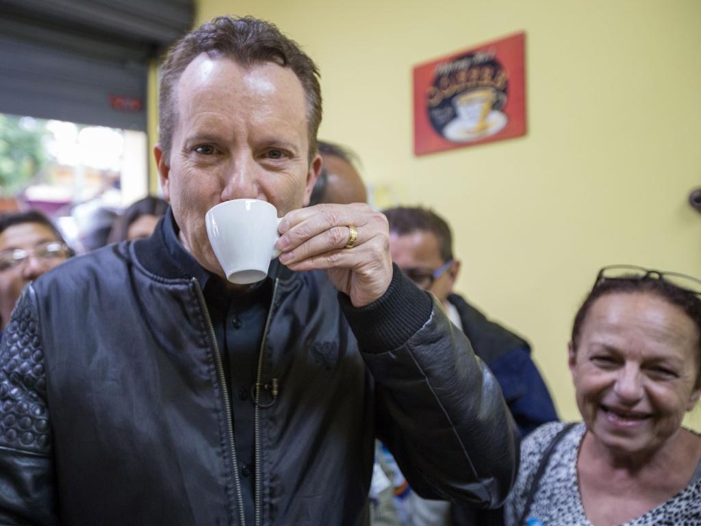 1º.out.2016 - O candidato do PRB à Prefeitura de São Paulo, Celso Russomanno, toma um café durante campanha no bairro do Cangaíba, zona leste de São Paulo (SP)