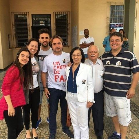 2.out.2016 - Eros Biondini (PROS), candidato à prefeitura de Belo Horizonte, vota acompanhado pela família em escola de Belo Horizonte