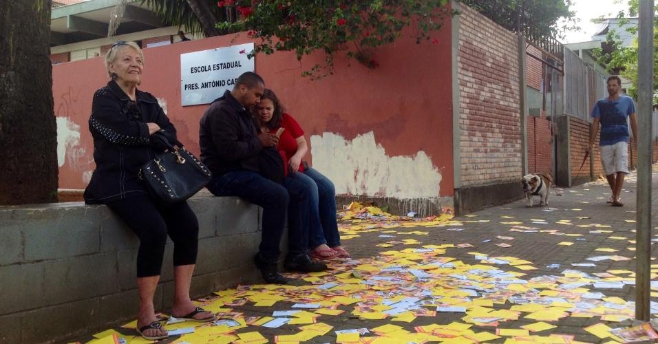 2.out.2016 -Ruas próximas de seções eleitorais em Belo Horizonte tomadas por santinhos de candidatos