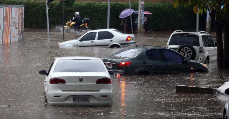 20.out.2016 - Veículos ficam ilhados em ponto de alagamento causado pela chuva na esquina das ruas Barão do Bananal e Venâncio Aires, no bairro da Pompeia, na zona oeste de São Paulo