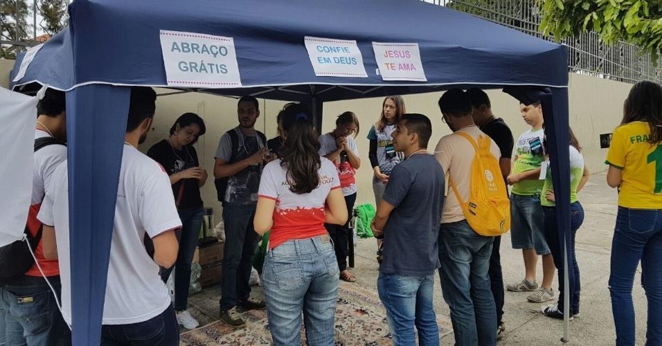 6.nov.2016 - Um grupo armou uma tenda para oferecer abraços grátis em frente à PUC-MG, em Belo Horizonte, como forma de apoiar os estudantes que vão fazer a prova do segundo dia do Enem