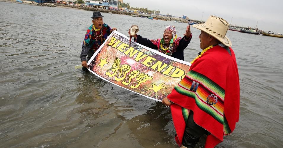 29.dez.2016 - Indígenas peruanos realizam um ritual para a virada do ano em praia nos arredores de Lima, no Peru