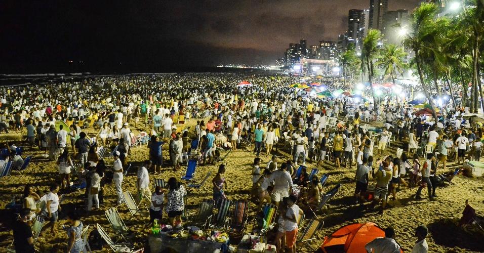 1.jan.2017 - Recifenses festejam o ano novo na praia de Boa Viagem, no Recife, um dos pontos mais tradicionais do Réveillon na capital pernambucana. A prefeitura montou um palco, onde se apresentaram Patusco, Spok e Cybelle do Cavaco, Almir Rouche, Geraldinho Lins e Trombonada
